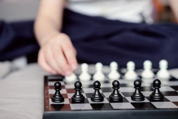 Pièces d'échecs sur un échiquier. pions noirs dans une rangée. échecs de près