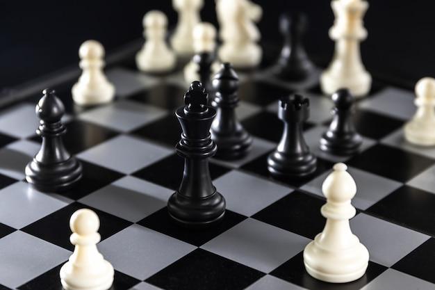 Pièces d'échecs sur l'échiquier