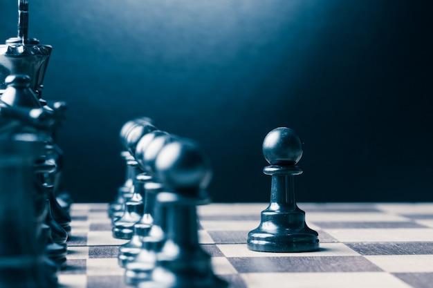Pièces d'échecs sur un échiquier