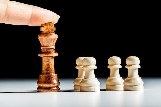 Pièces d'échecs sur fond noir