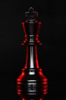 Pièces d'échecs sur fond sombre avec rétro-éclairage rouge