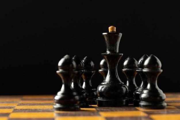 Pièces d'échecs noires sur l'échiquier.