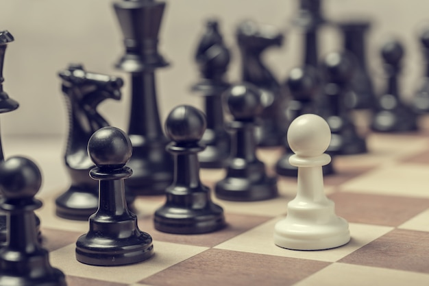 Pièces d'échecs sur le plateau en flou mise au point sélective