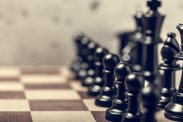 Pièces d'échecs sur le plateau flou avec mise au point sélective