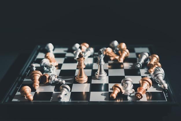 Les pièces d'échecs des rois se font face pour une impasse sur l'échiquier.