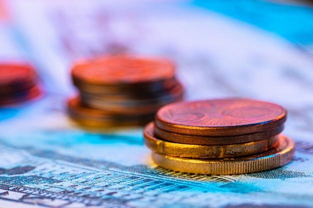 Pièces en euro sur le graphique boursier