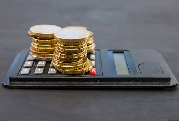 Pièces en euros sur une calculatrice