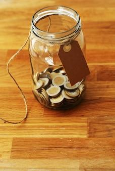 Pièces en euros dans un bocal en verre