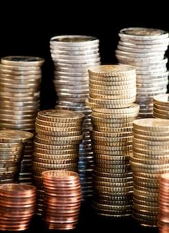 Pièces en euros isolés sur fond noir