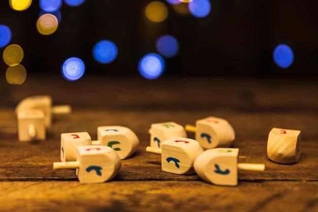 Pièces de jeu en bois sur table