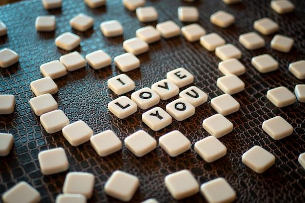 Pièces de jeu de mots croisés formant l'expression