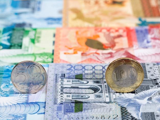 Pièces kazakhstanaises - tenge sur le fond de l'argent