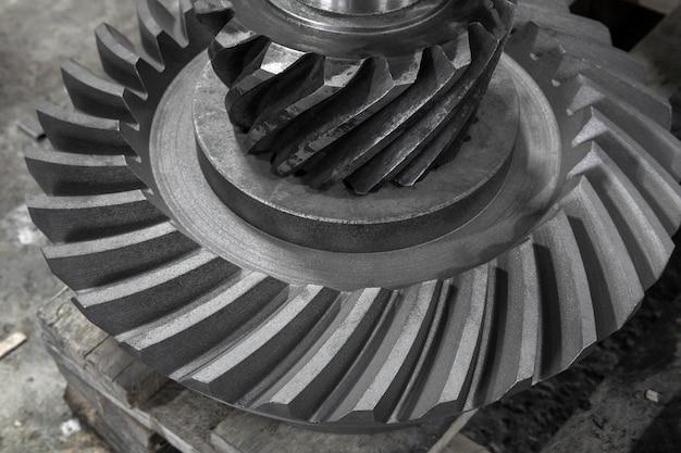 Les pièces mécaniques d'engrenage se tiennent sur une palette en atelier