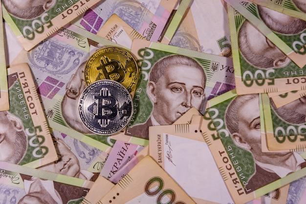 Pièces de monnaie sur les billets de banque ukrainiens de cinq cents hryvnas