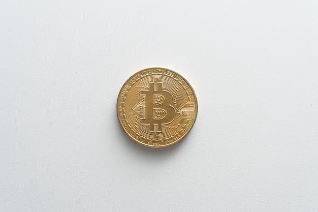 Pièces de monnaie bitcoin sur un gros plan de fond blanc isolé. l'argent virtuel. le concept d'achat de bisss en ligne de crypto-monnaie