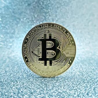 Pièces de monnaie bitcoins isolées sur fond de carte mère. monnaie crypto, bitcoin.