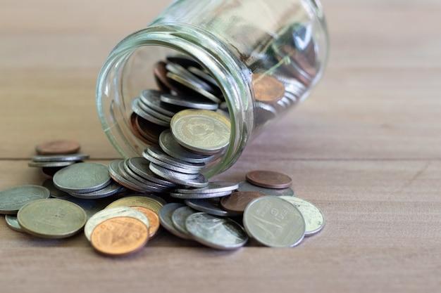 Pièces de monnaie en bois avec softlight. économiser de l'argent et concept d'entreprise de croissance de compte. coin thaï baht.