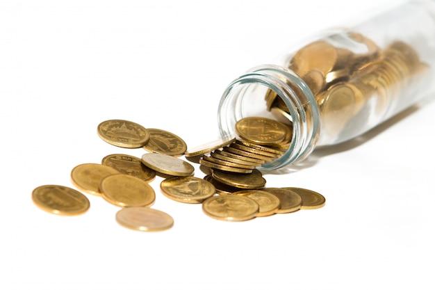 Pièces de monnaie en bouteille sur fond blanc