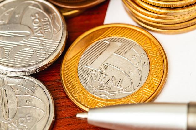 Pièces de monnaie brésiliennes en gros plan pour le concept d'économie brésilienne