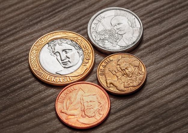 Pièces de monnaie brésiliennes sur un meuble en bois sur une photo vue d'en haut