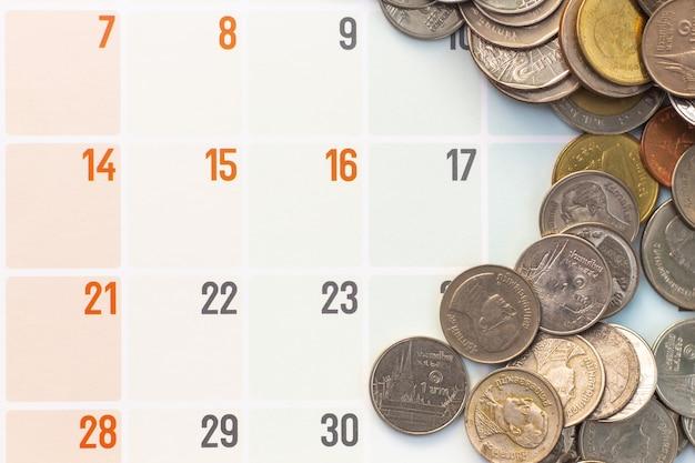 Pièces de monnaie sur le calendrier