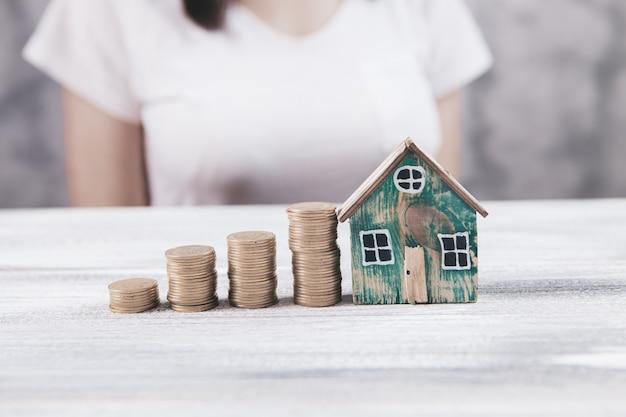 Pièces de monnaie et croissance vers le succès en achetant de nouvelles maisons