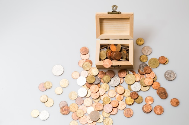 Pièces de monnaie dans la poitrine. concept pour affaires et épargne