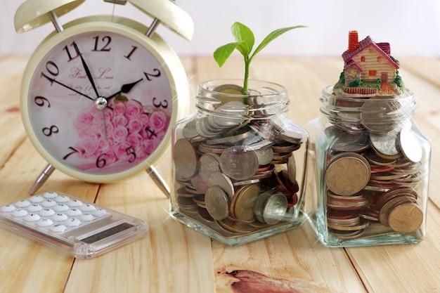 Pièces de monnaie dans le pot et la plante de plus en plus