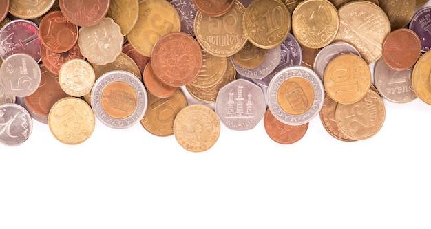 Pièces de monnaie de différents pays sur fond blanc