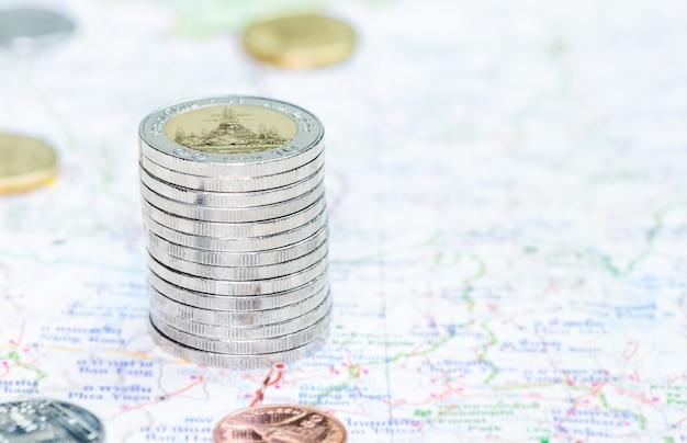 Pièces de monnaie empilées dans une tour sur la carte