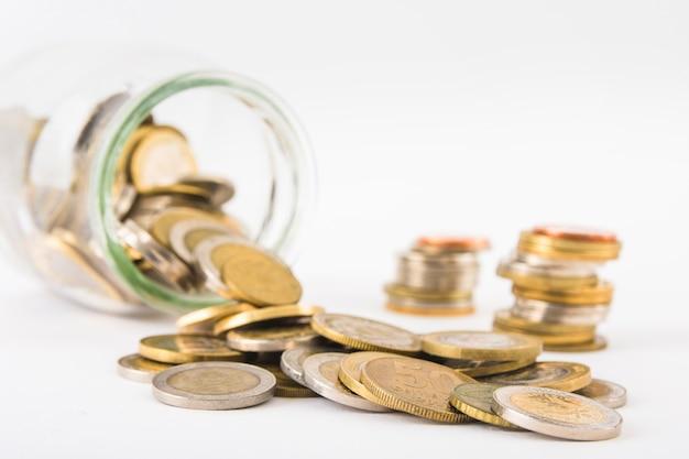 Pièces de monnaie éparpillées dans un pot