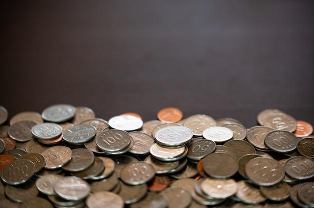 Pièces de monnaie et espace de copie empilés sur le bureau.