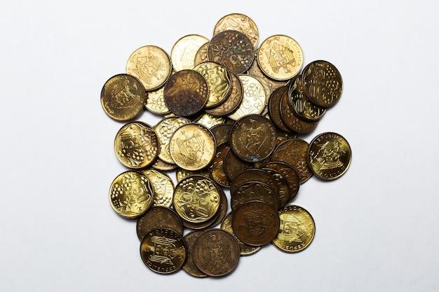 Pièces de monnaie moldaves de 50 sur une surface blanche.