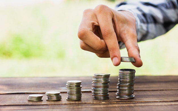Pièces de monnaie sur la pile de la balance sur la table