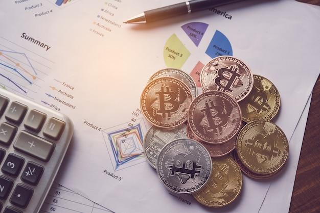 Les pièces de monnaie sont placées sur le document de secteur financier superposé sur le secteur de travail.