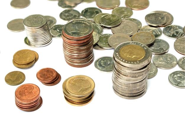 Pièces de monnaie thaïlandaises sur isolé