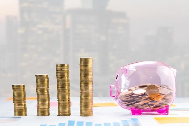 Pièces de monnaie et ville en croissance en arrière-plan.