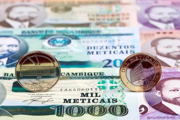 Pièces mozambicaines - metical sur le fond de l'argent
