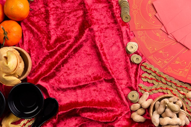 Pièces de nouvel an chinois et cacahuètes sur velours
