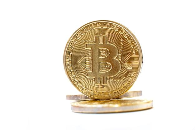 Pièces d'or bitcoin sur blanc