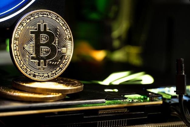 Pièces d'or bitcoin sur un gpu avec néon. l'avenir de l'argent.