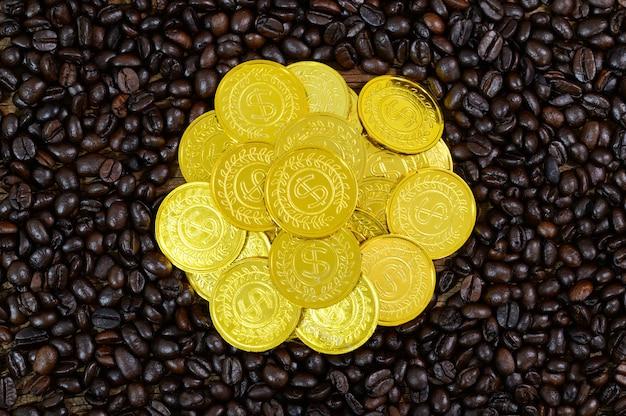 Pièces d'or placées sur les grains de café