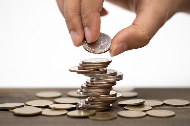 Pièces de pile de main, concept pour économiser de l'argent, affaires en croissance et riches