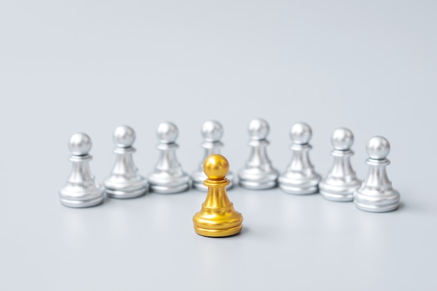 Pièces de pion d'échecs dorées