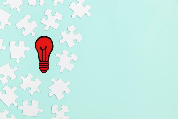 Pièces de puzzle avec ampoule en papier