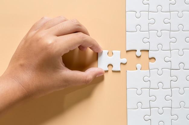 Pièces de puzzle blanc sur rose