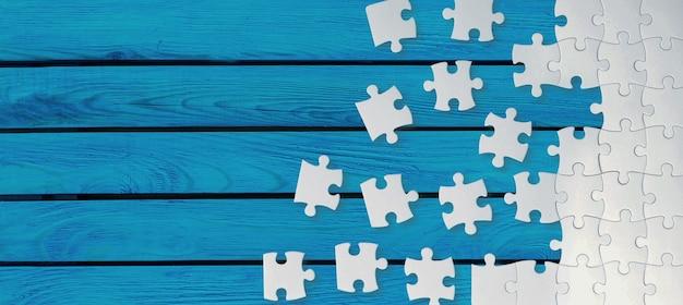 Pièces de puzzle blanches sur fond bleu