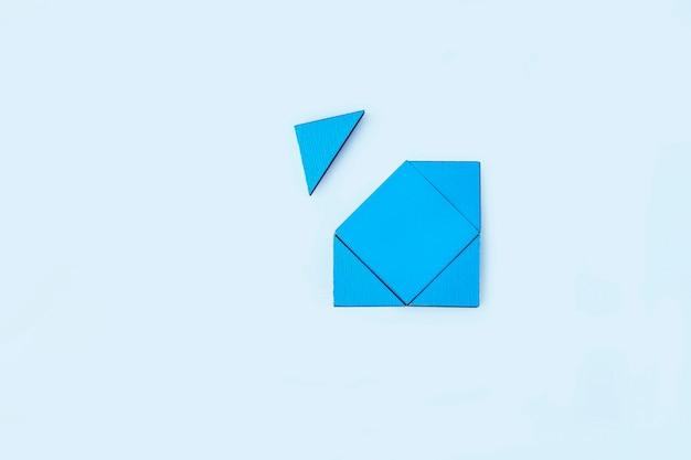 Pièces de puzzle en bois bleu. pensée logique de travail d'équipe. concept de solutions, mission, succès, objectifs, coopération et partenariat. copiez l'espace pour le texte.