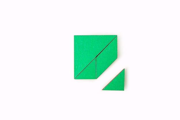 Pièces de puzzle en bois vert isolés sur blanc. pensée logique de travail d'équipe. concept de solutions, mission, succès, objectifs, coopération et partenariat. copiez l'espace pour le texte