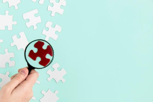 Pièces de puzzle avec loupe